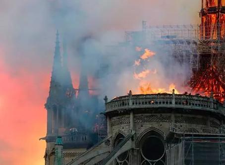 惨重!!巴黎圣母院正被烈火燃烧!尖顶已经烧毁掉落!