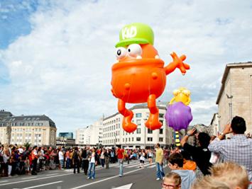 布鲁塞尔街头巨型卡通气球游行