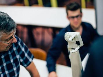 比利时安特卫普大学学生打造出一款会手语的机械手