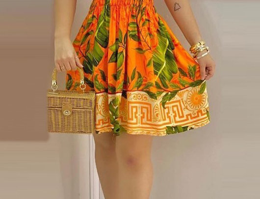 Mini vestido com estampa tropical franzida