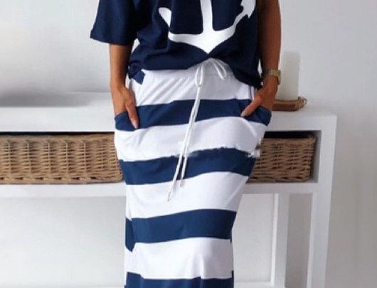 T-shirt com estampa de âncora para barco e conjunto de saia listrada