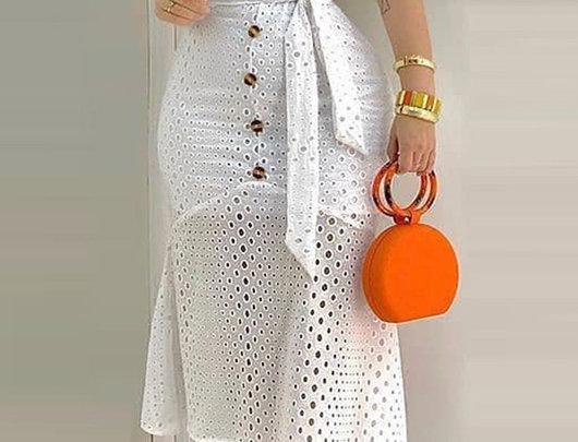Vestido design de botão oco e cinto e forro