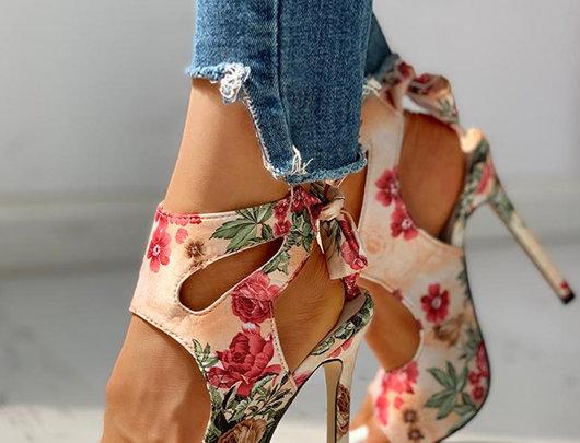 sandálias de salto fino estampa floral recortada