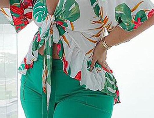 Conjunto de top size tropical estampado e shorts simples