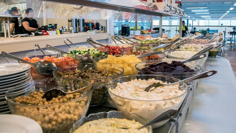 Seisova salaattipöytä