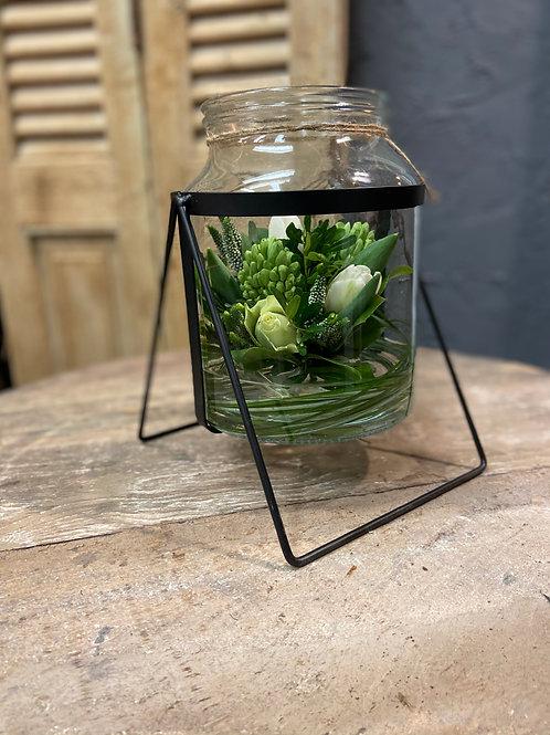 glazen vaas middel gevuld met bloemen wit/neutraal