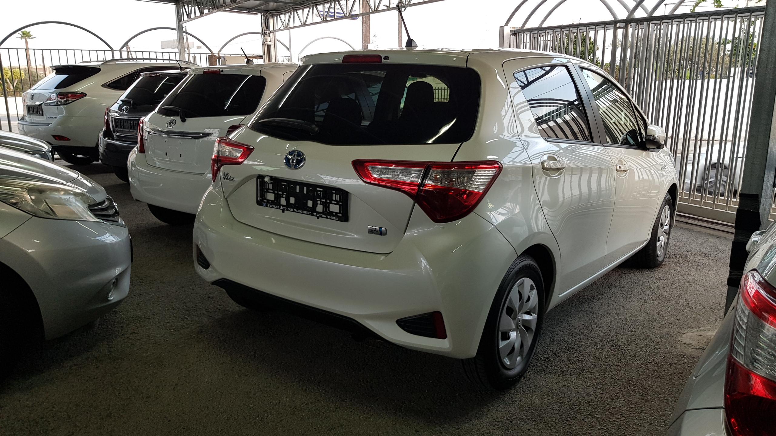 Toyota Vitz Hybrid White Pearl 02