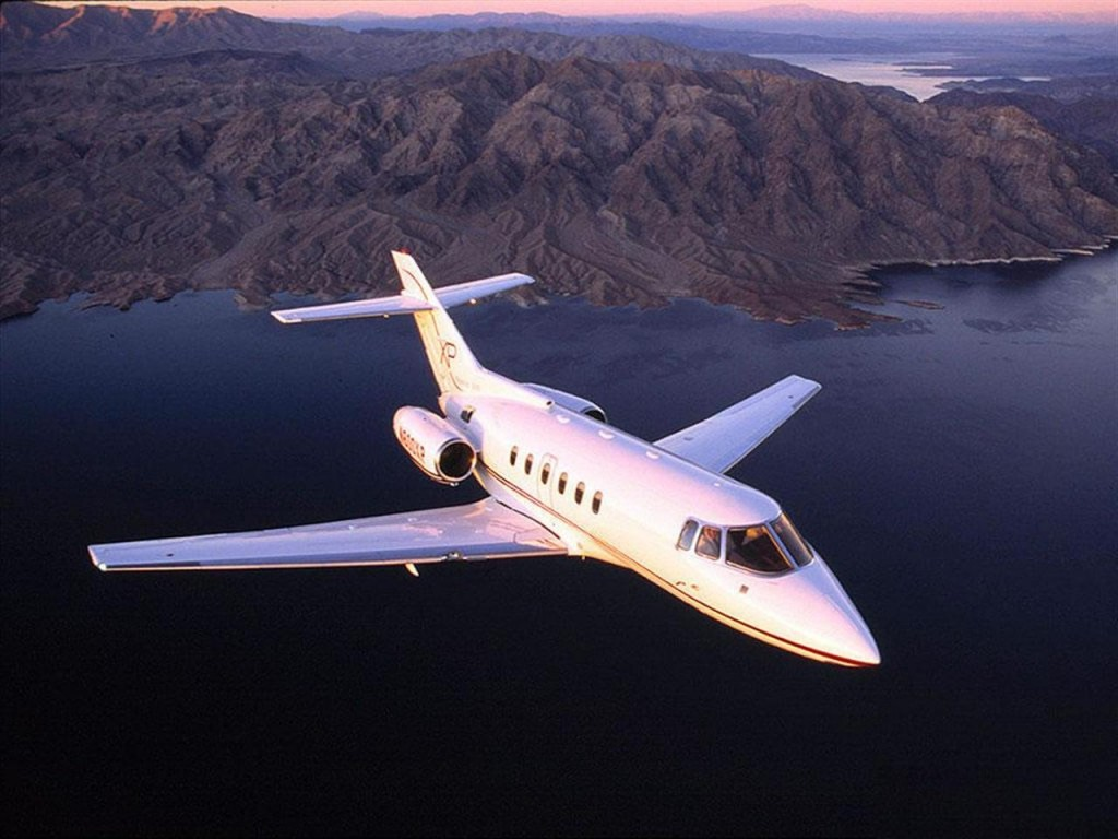 Hawker 700 flying