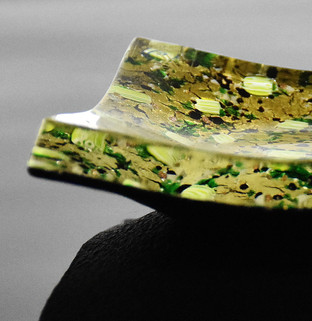 PARTICULAR OF A PLATE MADE WITH GOLD FOIL, BLACK GLASS, GREEN MURRINE. PROFILE: 1.2 CM.