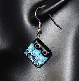 ZOOM UP OF EARRINGS TURQUOISE AND BLACK, 14 mm