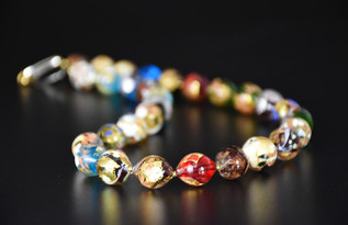 53 CM, LONG NECKLACE MADE WITH OVAL BEADS WITH GOLD OR SILVER FOIL AND MULTICOLOURED GLASSES
