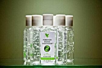 Le gel hydro alcoolique Forever Hand Sanitizer est adapté pour nettoyer et désinfecter les mains sans les déssecher. Il assainit parfaitement vos mains lorsque vous êtes à l'extérieur, sans possibilité de vous laver les mains à l'eau et au savon. Une noisette de gel dans le creux de la main suffit autant de fois que nécessaire pour lutter contre les bactéries. Commandez votre gel hydroalcoolique sous la référence  318, au format de poche. Existe également en grand format sur le site Aloe Vera Passion