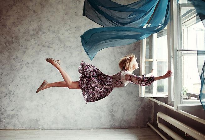 Inomhusbild-Kvinna_håller_fast_i_fönst
