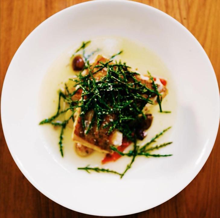 Zander / Amalfizitrone /Meerespargel / Spargel-Zitronengras Vinagrette / Tomate-Olivensud