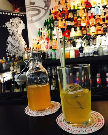 Zum Feierabend läßt sich unserer Tamarinde-Maracuja-Zitronengras Sirup am Besten als Limonade
