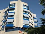 Edificio azul con toldos (1).JPG