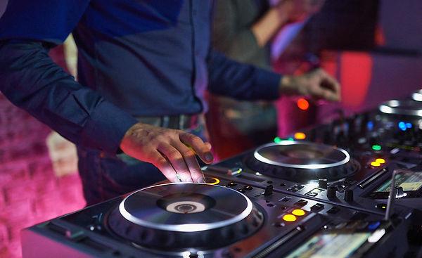 dj-turntables-mixing-consoles-man-wallpa