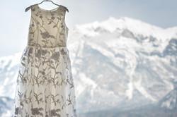 Hochzeitskleid am Fenster mit Berg