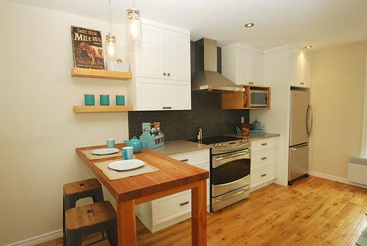 petite cuisine blanche et plancher de bois