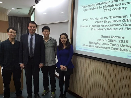 Dr. Trummer on Campus in Shanghai at Shanghai Jiao Tong University am 25.03.15