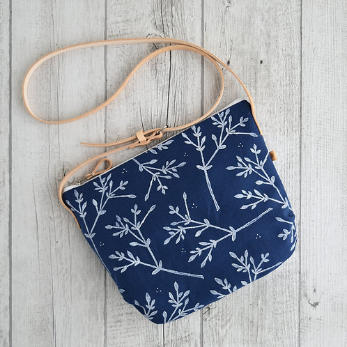 Calatea, borsa a tracolla in tessuto blu stampato a mano - BACCHE