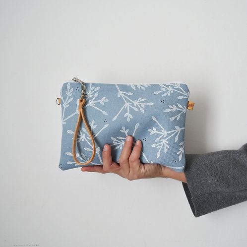 CHENZIA Pochette in tessuto celeste stampato a mano - BACCHE