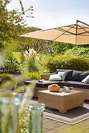 Gartenmoebel im Garten