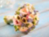 Blumenstrauss auf Holzuntergrund