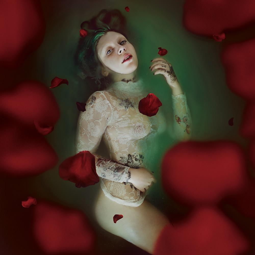 ritratto portrait fineart ragazza con petali di rosa flat lay creativo fotografia