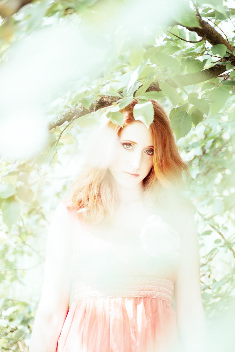 giovane donna ritratta nella natura onirica