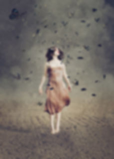 ritratto di ragazza che cambia tra le farfalle