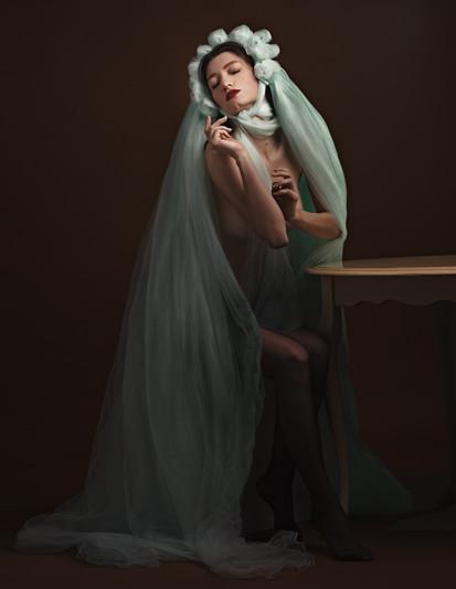 fotografo ritratto milano lombardia ritratto di donna adulta con splendido sfondo floreale fotografia professionale milano lombardia fotografia fotografa fine art bellezza donna glamour fine art a milano