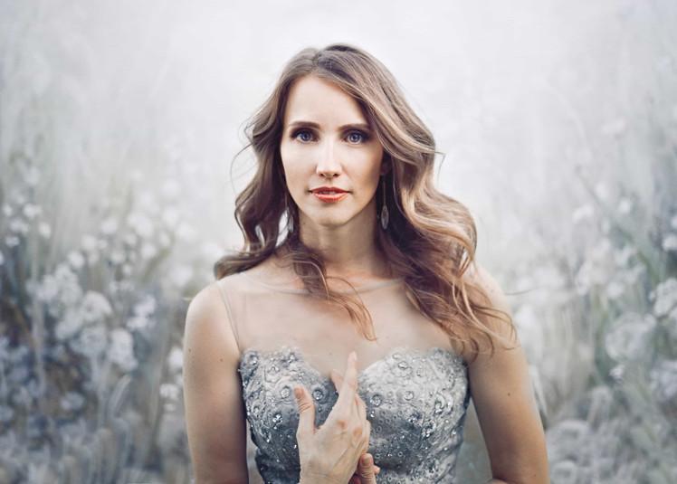 fotografo ritratto milano lombardia ritratto di donna adulta con splendido sfondo floreale fotografia professionale milano lombardia