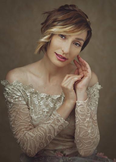 fotografo ritratto milano lombardia ritratto di donna adulta con splendido sfondo floreale fotografia professionale milano lombardia fotografia fotografa fine art bellezza donna