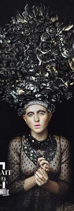 bellissimo ritratto di ragazza androgina con scultura floreale