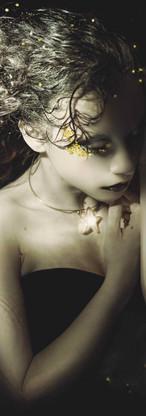 ritratto fine art di ragazza su sfondo nero e stelle