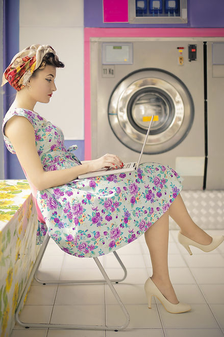 girl-at-the-laundromat-9UN27ZR.jpg