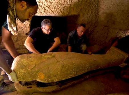 Hallaron 13 sarcófagos de 2500 años en Egipto