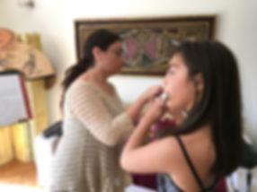 Enseñando a una niña a sostener su flauta