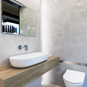 Ekspozycja łazienki w sklepie Staltex w Nadarzynie. Umywalka i sedes.