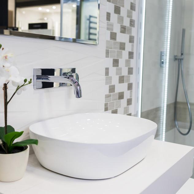 Ekspozycja łazienki w sklepie Staltex w Nadarzynie. Umywalka i prysznic.