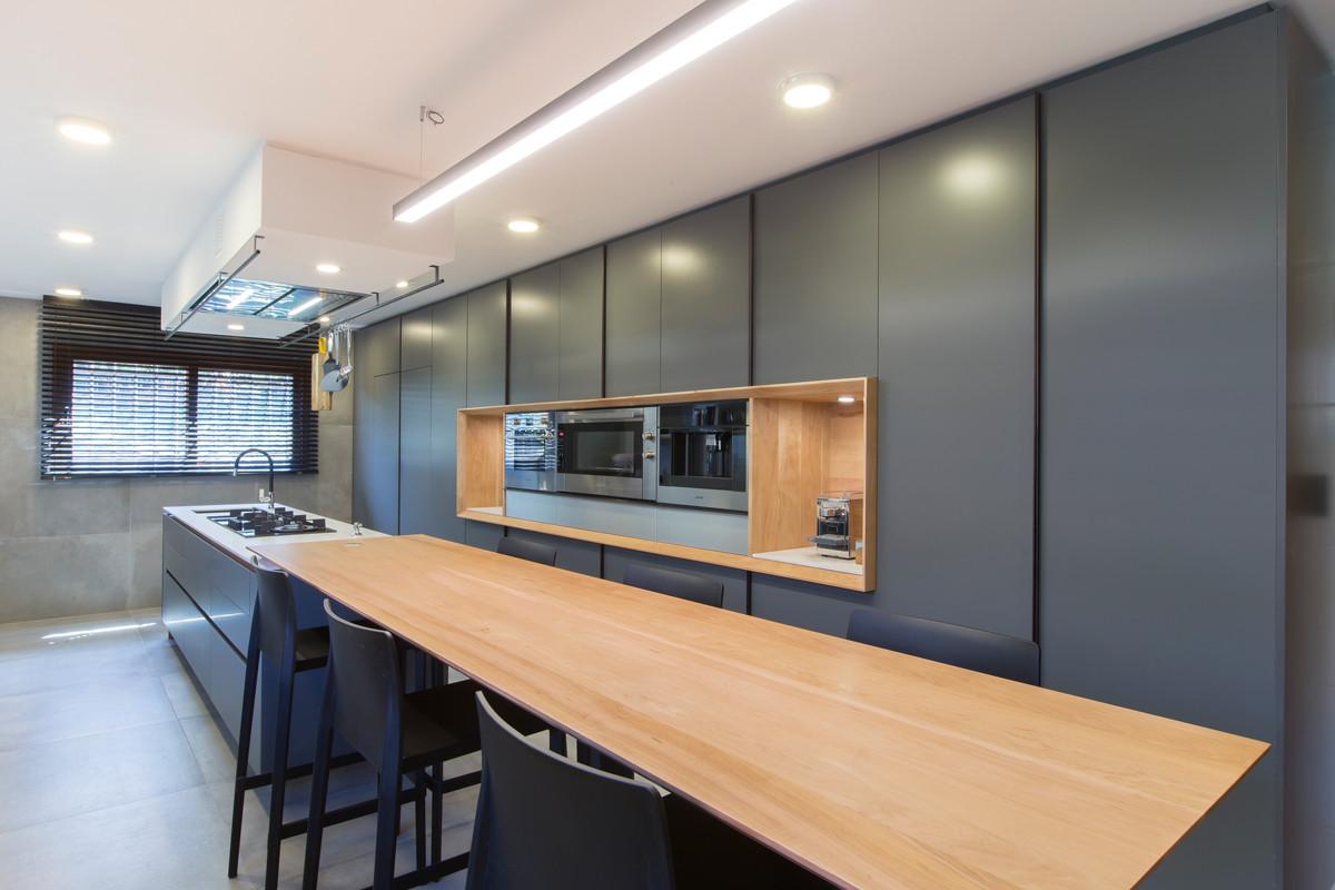 cocina gris y madera minimal