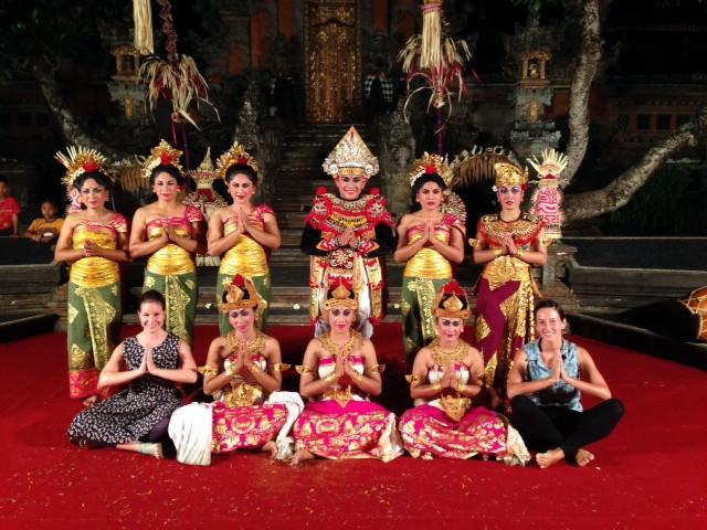 Gruppe Balinesischer Tänzer nach traditioneller Tanzaufführung