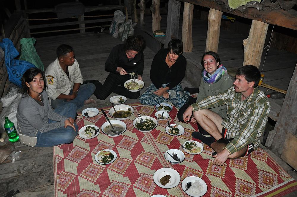 traditionelles Abendessen im Karren Tribe