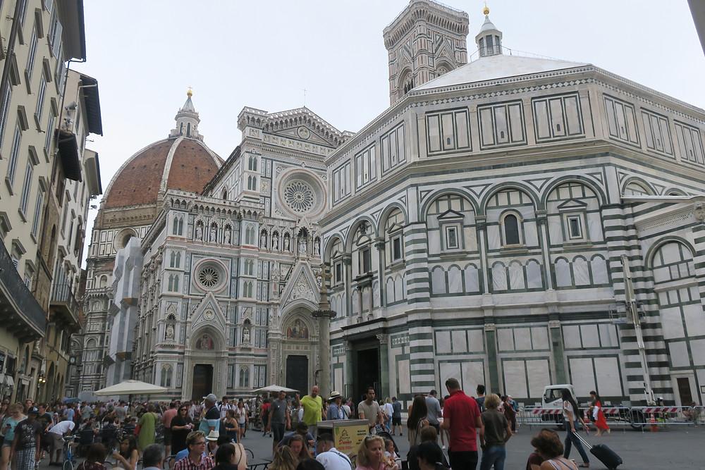 Unmengen an Leuten vor der Santa Maria Novella in Florenz
