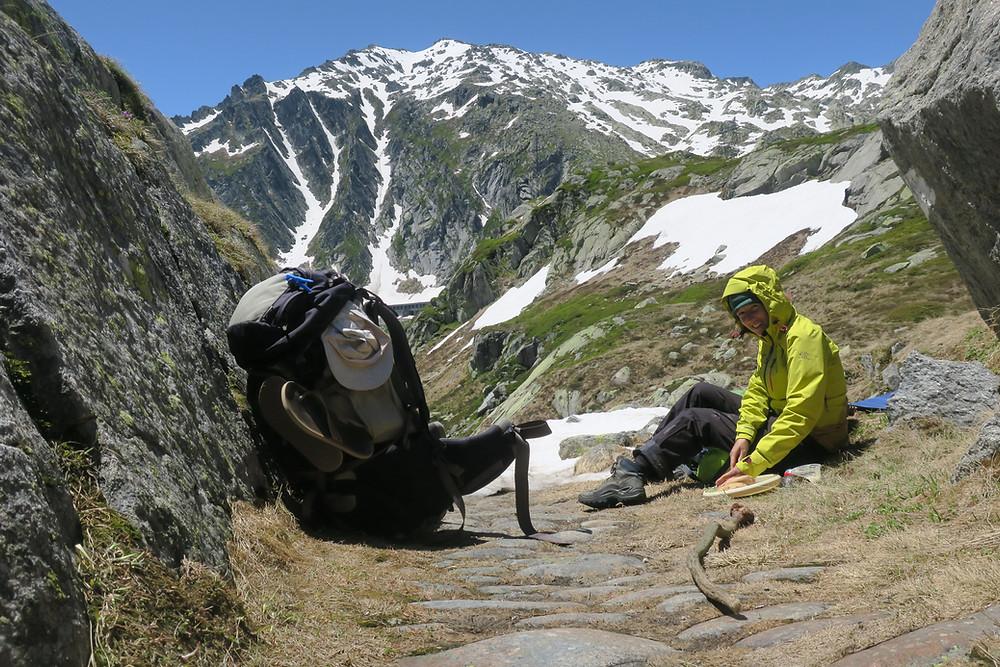 Resi bereitet Mittag auf dem Gotthard vor