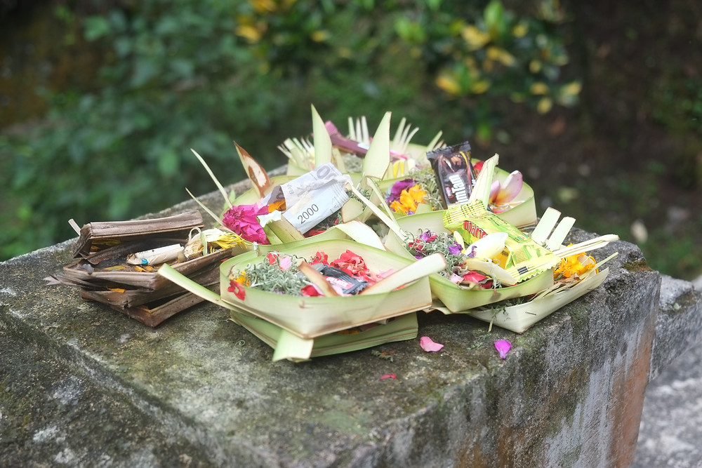 Opfergaben überall an den Strassen und vor den Häusern Balis als Zeichen der Dankbarkeit und Wertschätzung