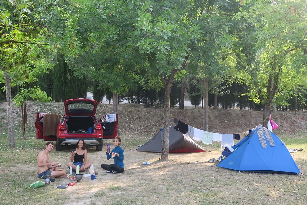 Unser Mietwagen und unsere Zelte inmitten auf dem Campingplatz in Spanien