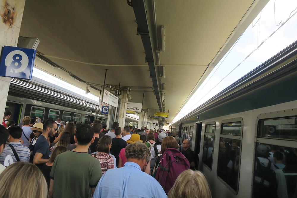 Massenweise Leute am Bahnhof und überall sonst auch