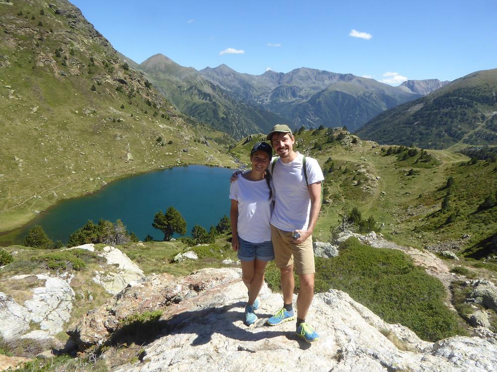 Berglandschaft der Pyrenäen mit Sicht auf einen Bergsee